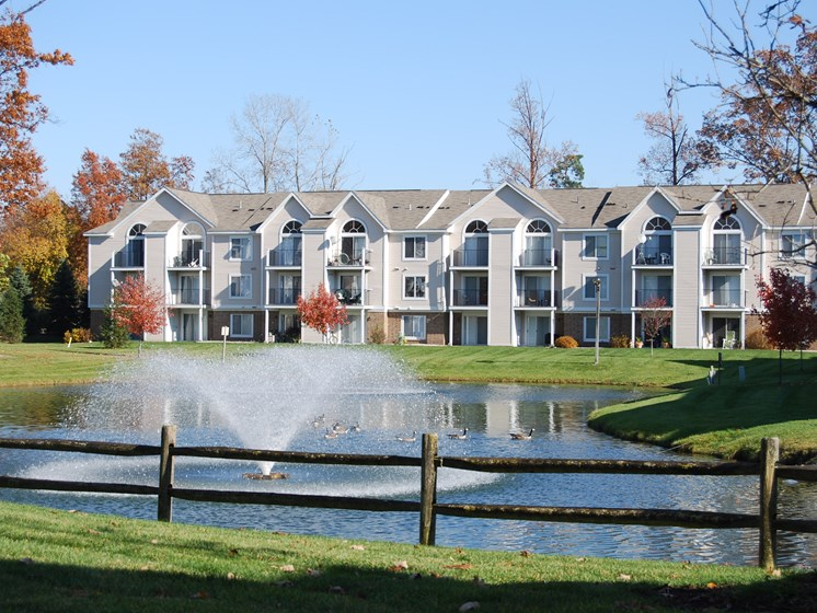 Manicured Lawns with Lake and Fountain at Orchard Lakes Apartments, Ohio, 43615