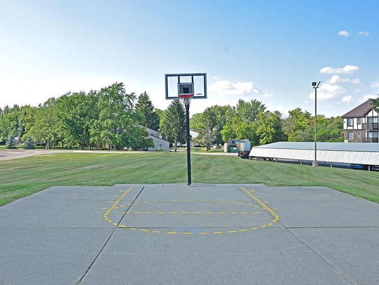 Outdoor Basketball Court at Thornridge Apartments, Grand Blanc
