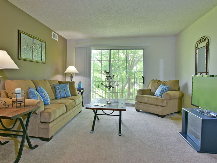 Living Room at Beacon Hill Apartments, Rockford, IL, 61109