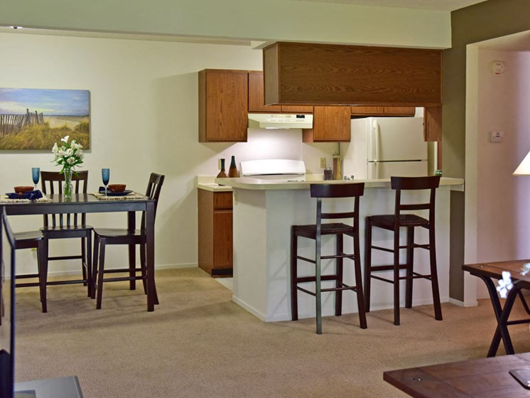 Dining Area and Breakfast Bar at Beacon Hill Apartments, Illinois, 61109