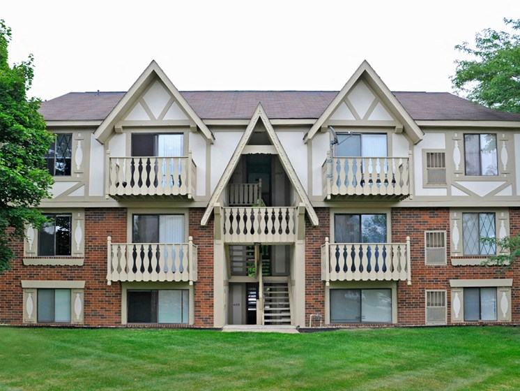 Apartment Building Exterior at Fox Pointe Apartments, East Moline, IL, 61244