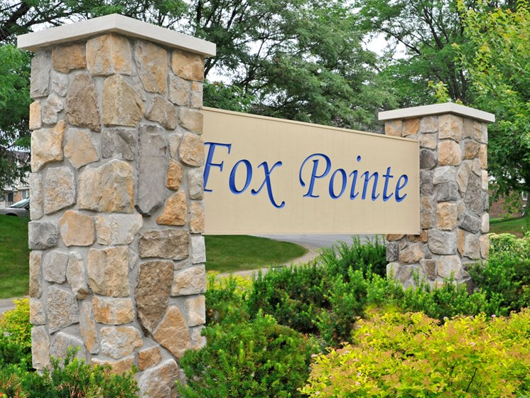 Entrance Sign at Fox Pointe Apartments, Illinois, 61244