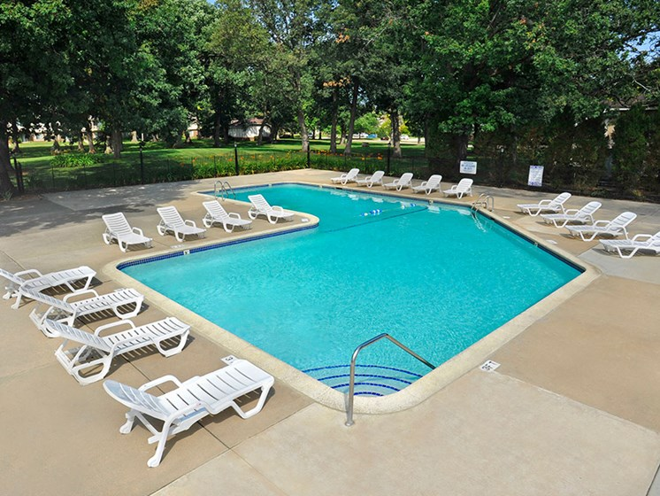 Swimming Pool and Sundeck at Great Oaks Apartments, Illinois, 61109