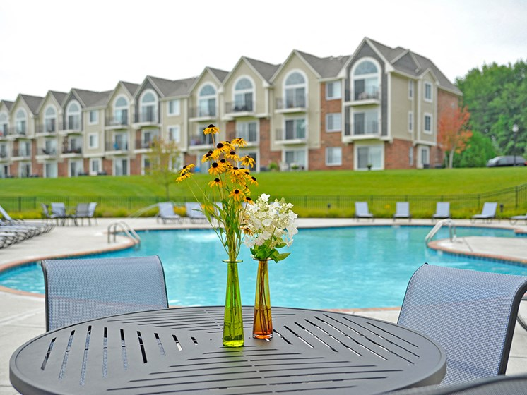 Swimming Pool With Sundeck at LakePointe Apartments, Ohio