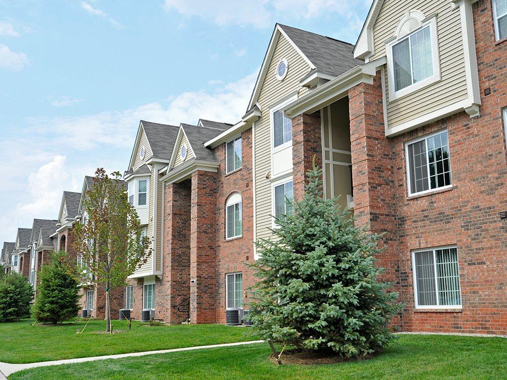 Apartment Building Exterior at LakePointe Apartments, Batavia, 45103