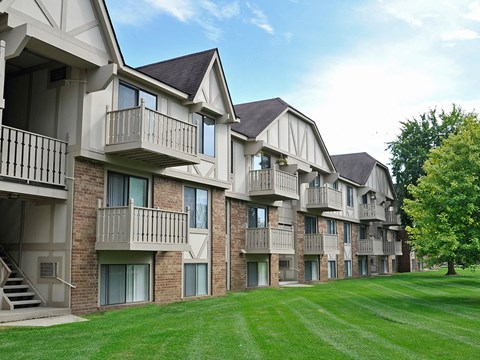 Courtyard Views at Rivers Edge Apartments, Waterford, 48327