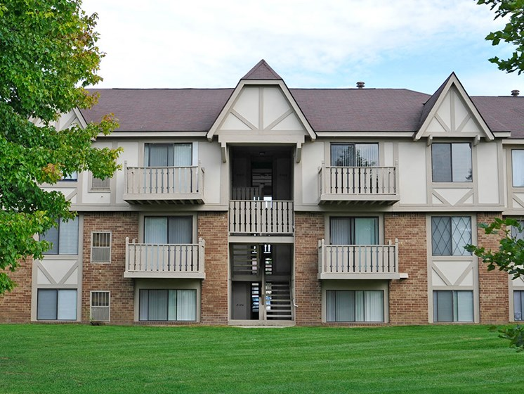 Apartment Building Exterior at Rivers Edge Apartments, Waterford, MI, 48327