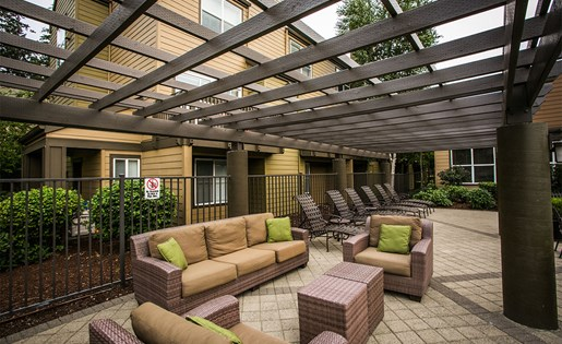 Outdoor Lounge Area at Apartments Near Trimet Bus Lines