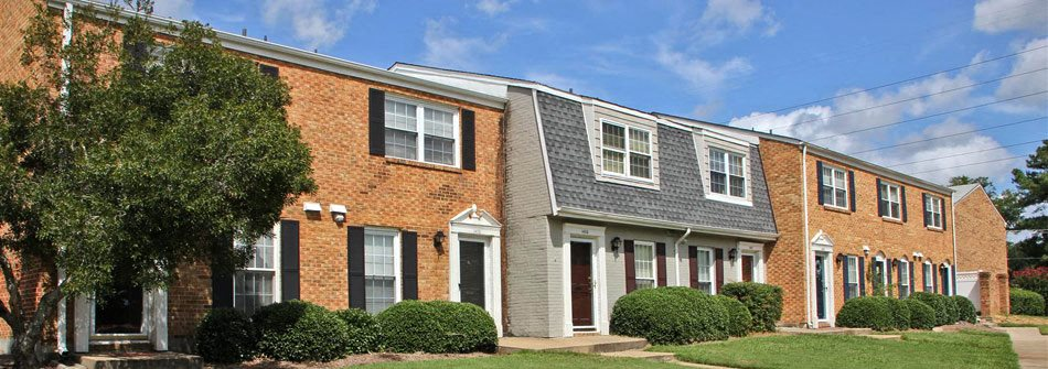 Exterior of The Courtyards of Chanticleer Apartments in Virginia Beach