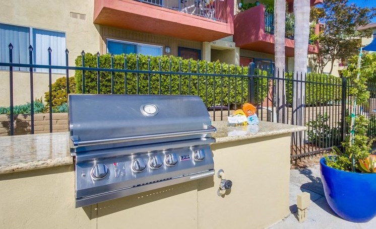 Outdoor grilling station - Mesa Vista Apartments