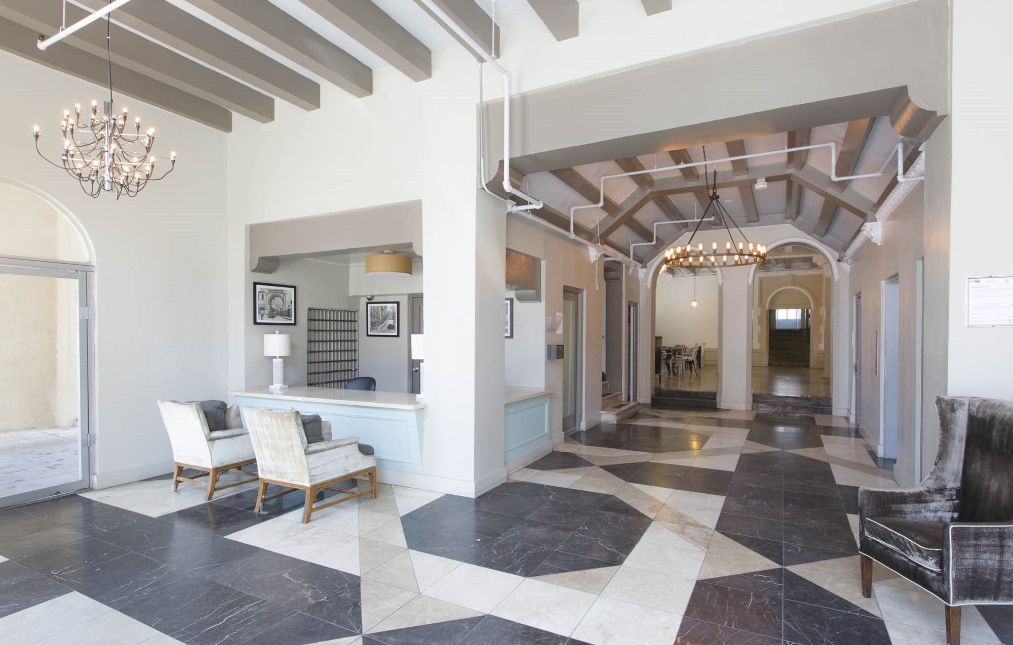 Community lobby at Guardian Arms Apartments in Los Angeles, CA 90027