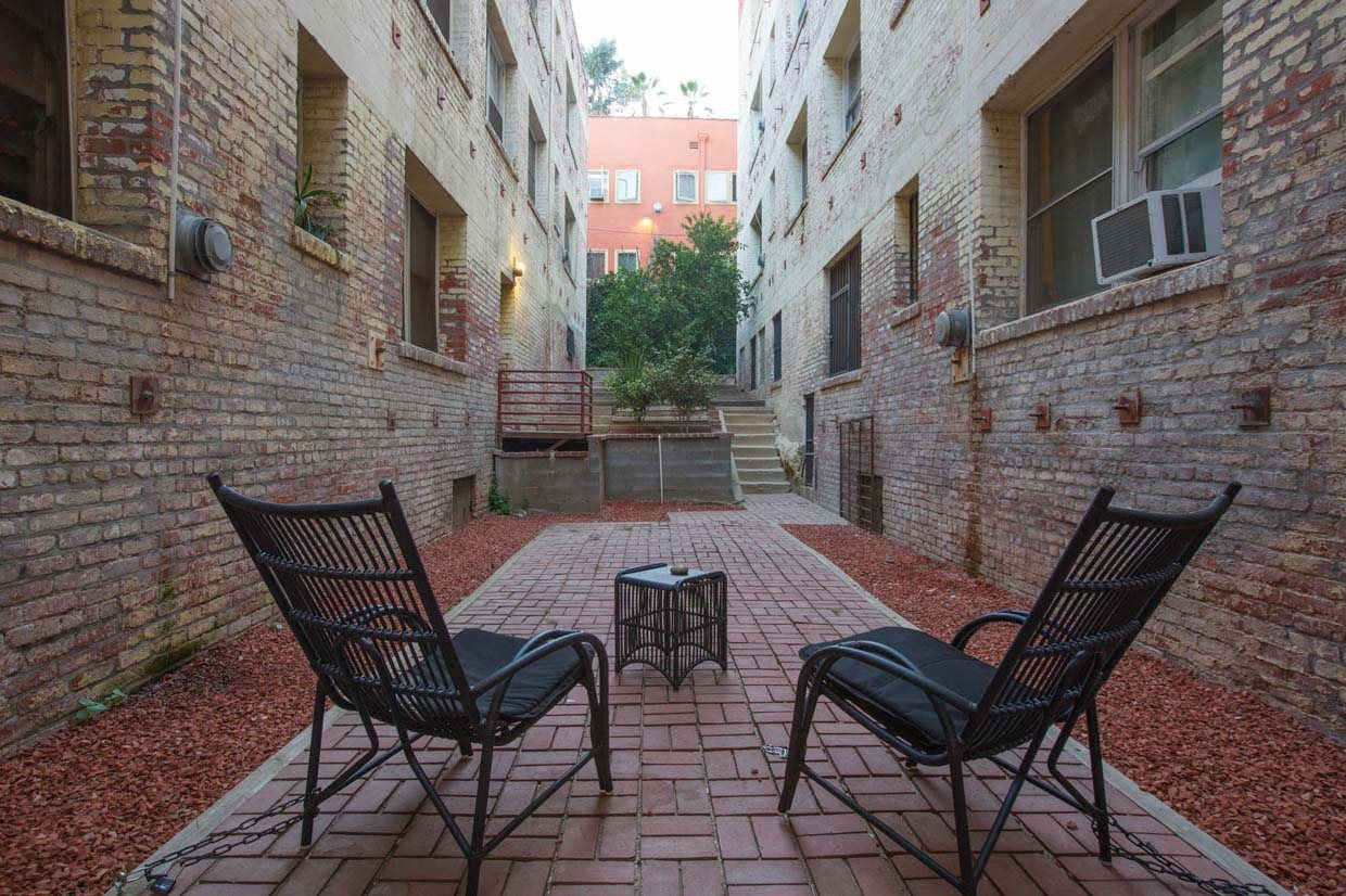 Outdoor walkway at Del Mor Apartments in Los Angeles, CA 90026