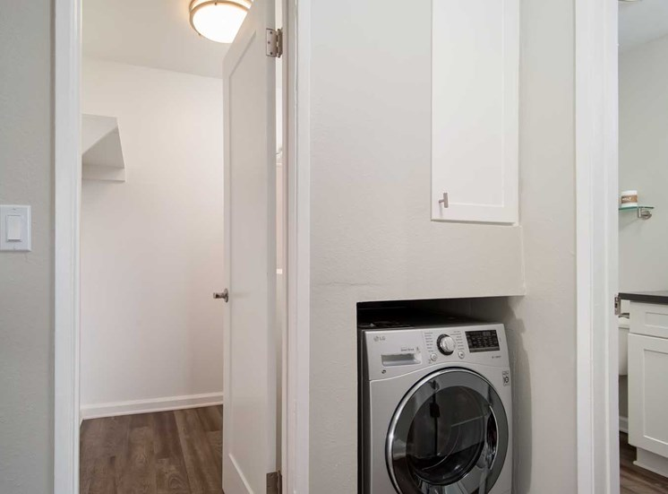 Laundry Room at Los Robles Apartments, California, 91101