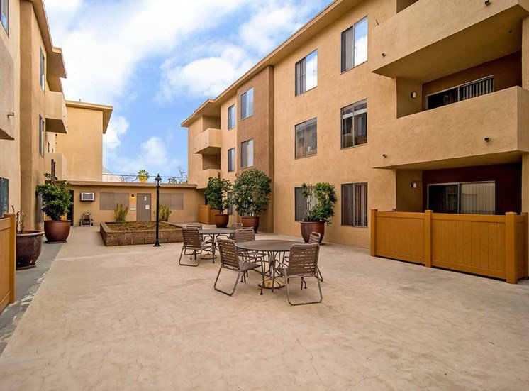 Courtyard at Los Robles Apartments, Pasadena, California