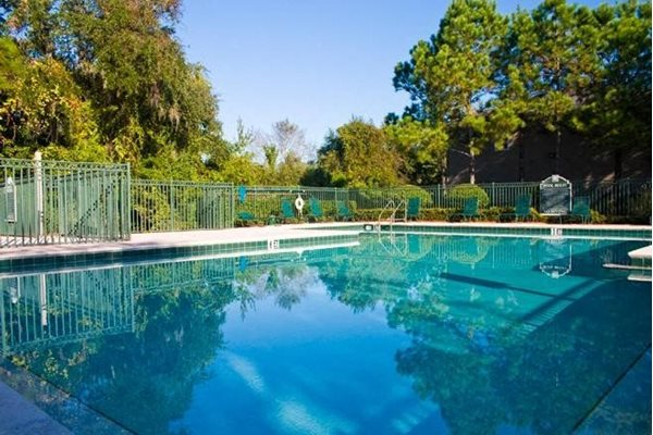 sparkling swimming pool at weston oaks apartments in holiday