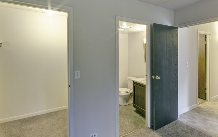 Large spacious apartments at Fox Crest in Waukegan, IL