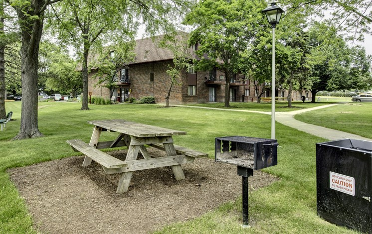 BBQ/Picnic area at Fox Crest Apartments in Waukegan, IL
