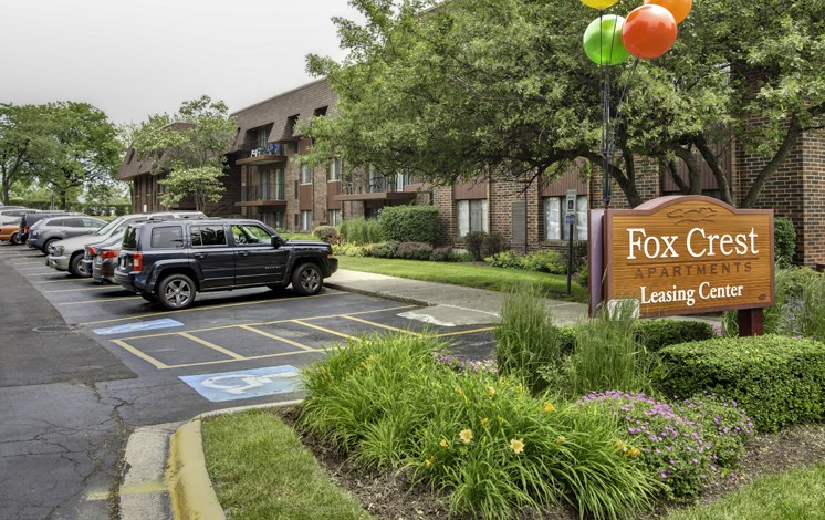 Visit the Fox Crest Apartments Community in Waukegan, IL