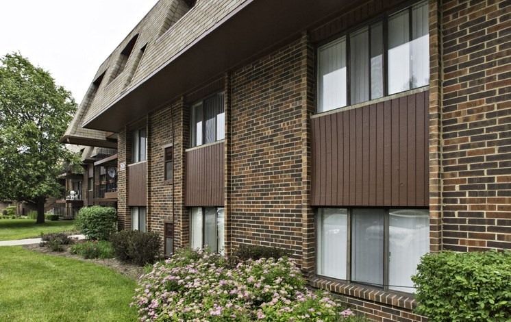 Apartments in Waukegan, IL outside of building