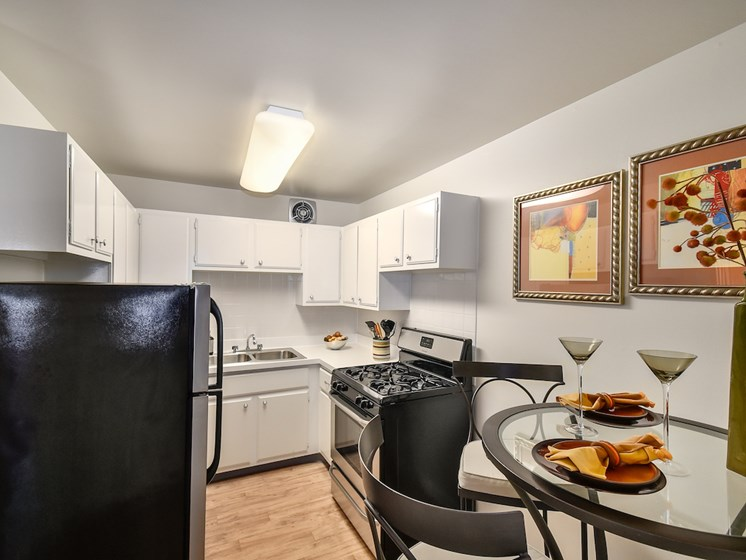 Eat in kitchen at Harbor Lake Apartments in Waukegan, IL