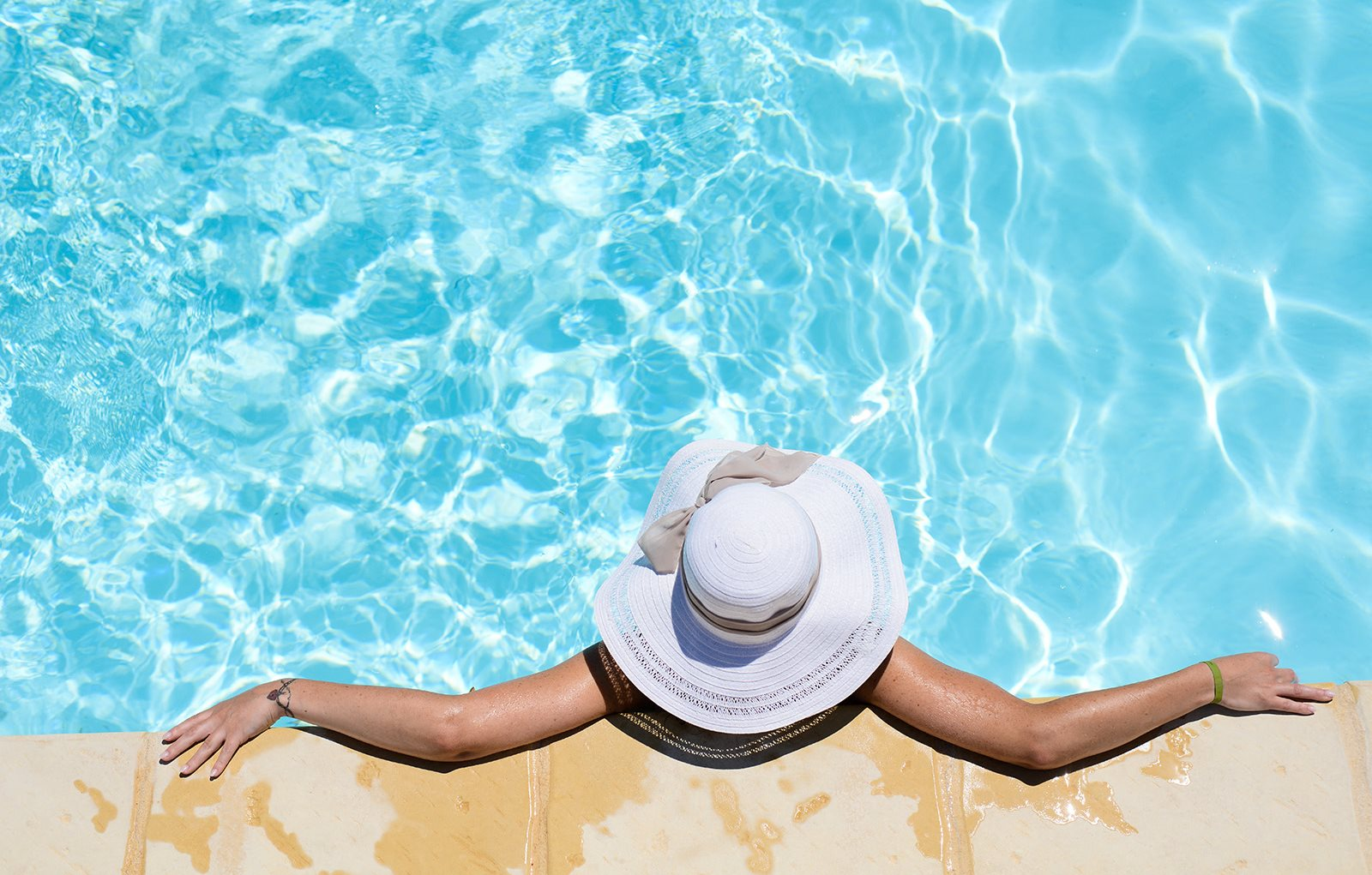 Girl in Pool with Hat Hidden Creek Apts rentals in Vacaville Ca 95687