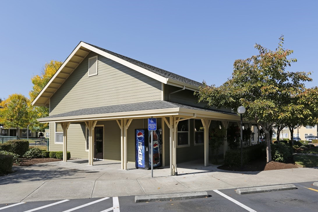 Exterior Building and parking l Redwood Commons Apartments McMinnville, OR