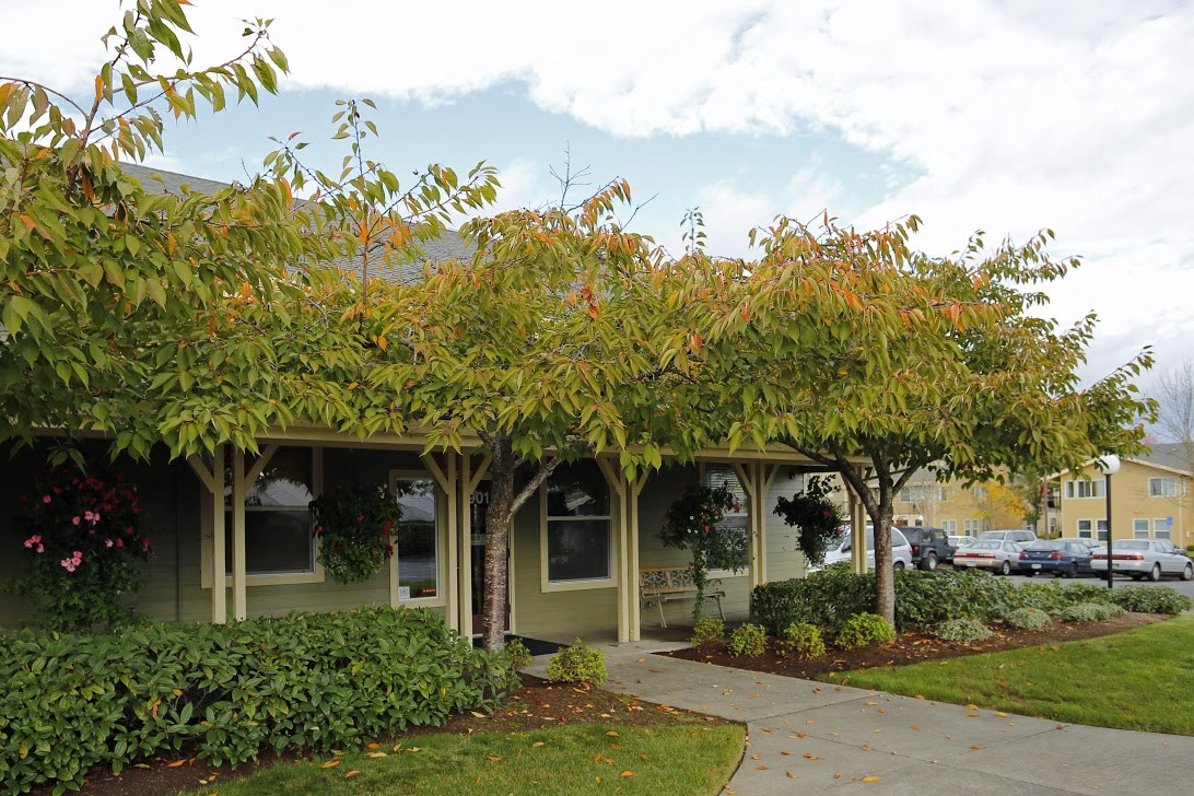 Exterior Building and Grass l Redwood Commons Apartments McMinnville, OR