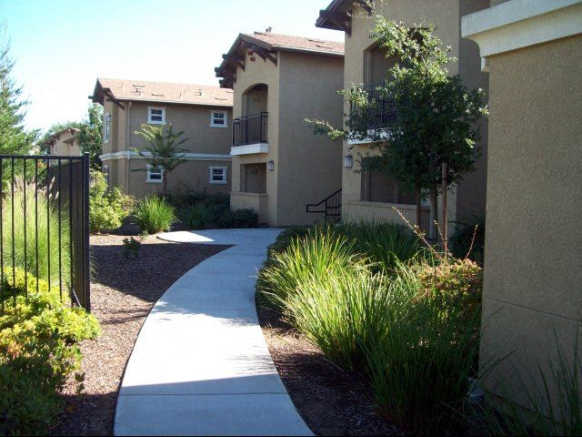 Exterior building and walkway  l Sommerset Place Apartments in Sacramento CA