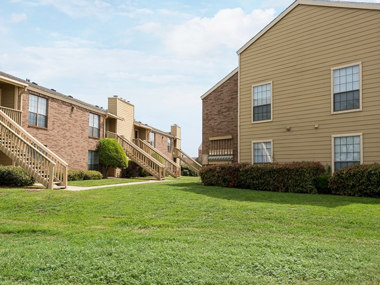 Well landscaped lawns at Mill Creek Apartments in Abilene, TX