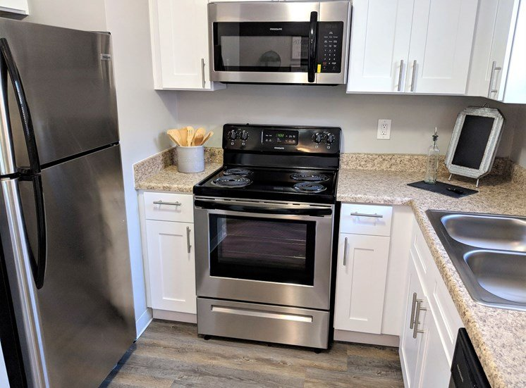 Fully-Equipped Kitchen with Stainless Steel Appliances at Worthington Meadows Townhomes in Columbus, Ohio 43085