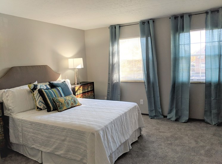 Large bedroom with windows and carpeting at Worthington Meadows Townhomes in Columbus, Ohio 43085