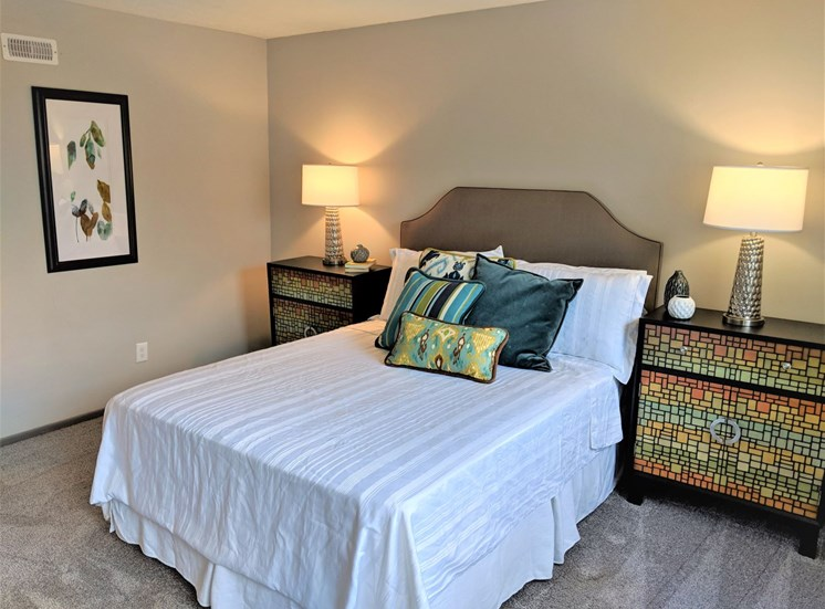 Bright, spacious bedroom with carpeting at Worthington Meadows Townhomes in Columbus, Ohio 43085