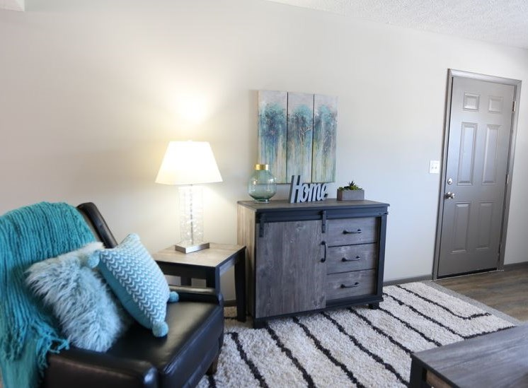 Living room with carpeting at Worthington Meadows Townhomes in Columbus, Ohio 43085