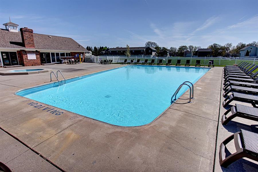 Large swimming pool with sundeck at Worthington Meadows Townhomes in Columbus, Ohio 43085
