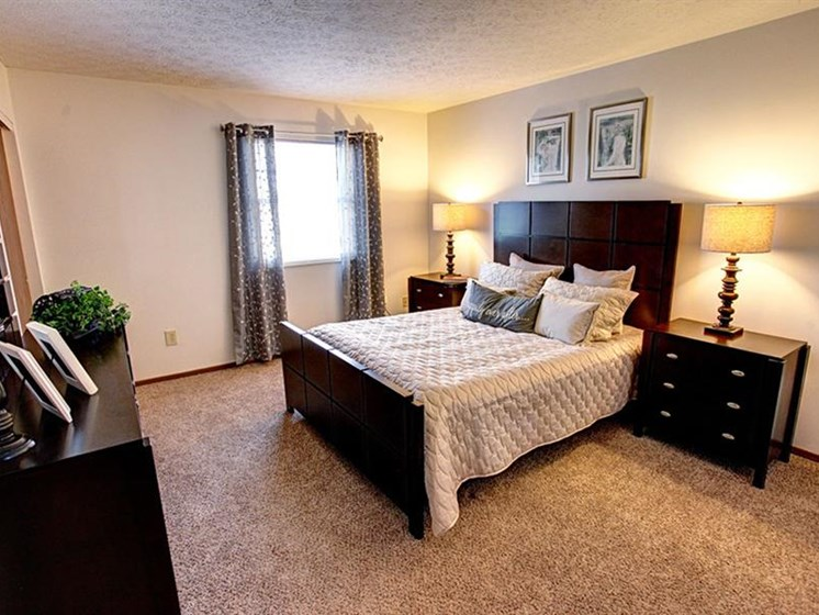 Spacious, bright master bedroom with windows and carpeting at Worthington Meadows Townhomes in Columbus, Ohio 43085