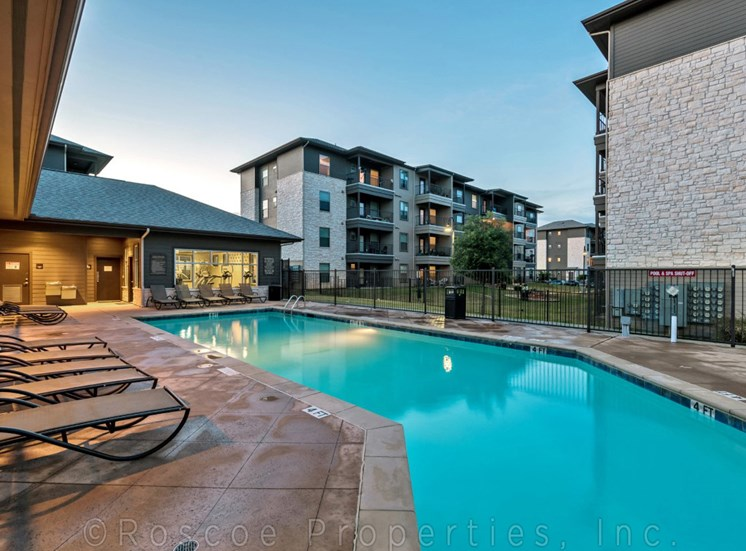 pool-apartments-on-north-lamar