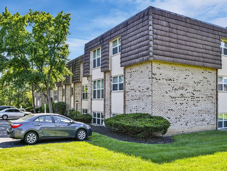 Manicured Lawns at Carriage Hill Apartment Homes, Hamilton, OH, 45013