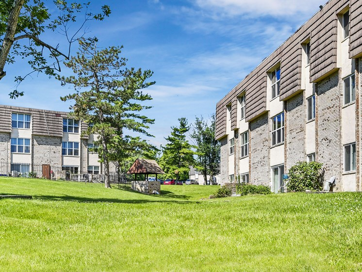 Beautiful Manicured Landscaping at Carriage Hill Apartment Homes, Hamilton, 45013