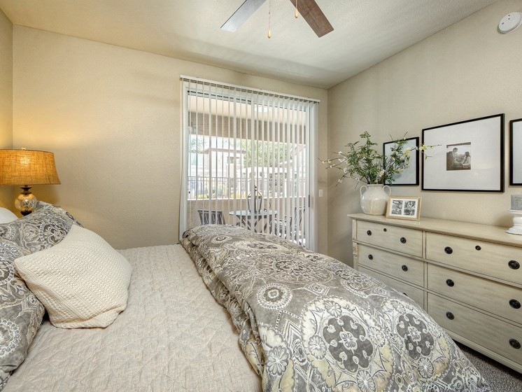 Avondale-AZ-Crystal-Springs-Apartments-White-bedroom