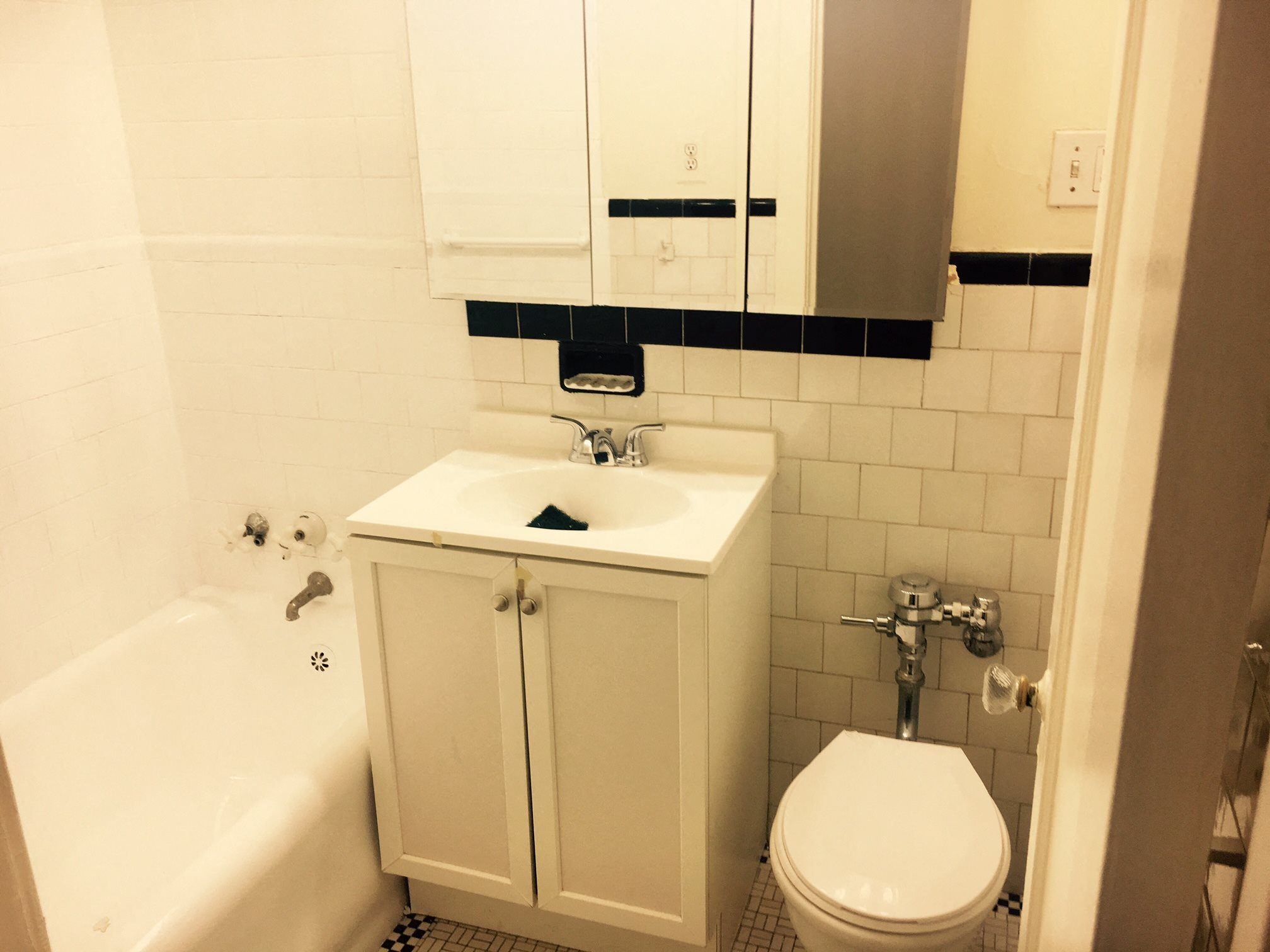 Bathroom with Tile Surround at 14 West Elm Apartments, Chicago, IL 60610
