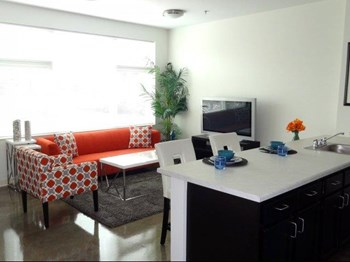 6550 North Sheridan Rd Studio-1 Bed Apartment for Rent Photo Gallery 1