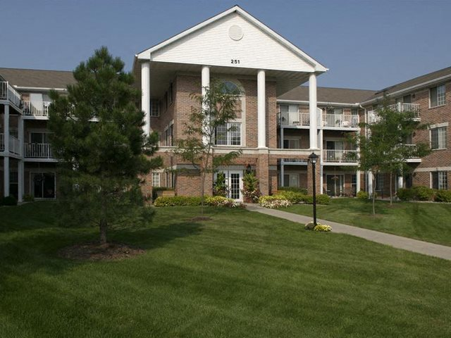 Lush landscaping And Walking trails at Parkway Highlands Apartments & Townhomes 55+, Green Bay, WI,54302