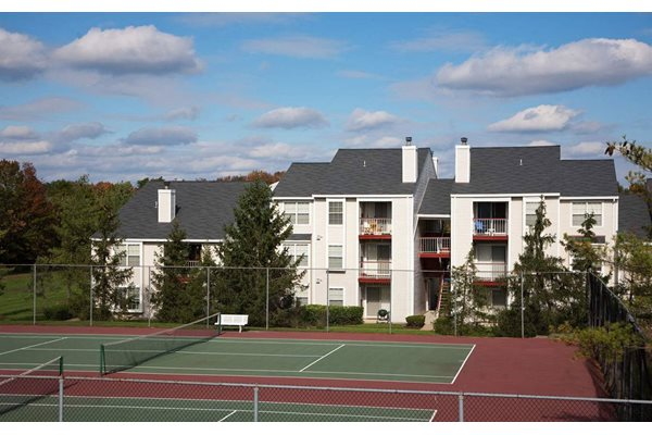 tennis court at ravens crest apartments in Manasses, VA