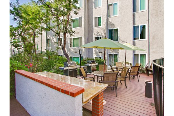 BBQ/Picnic Area at Woodcliff Apartments in The Palms, Los Angeles, CA