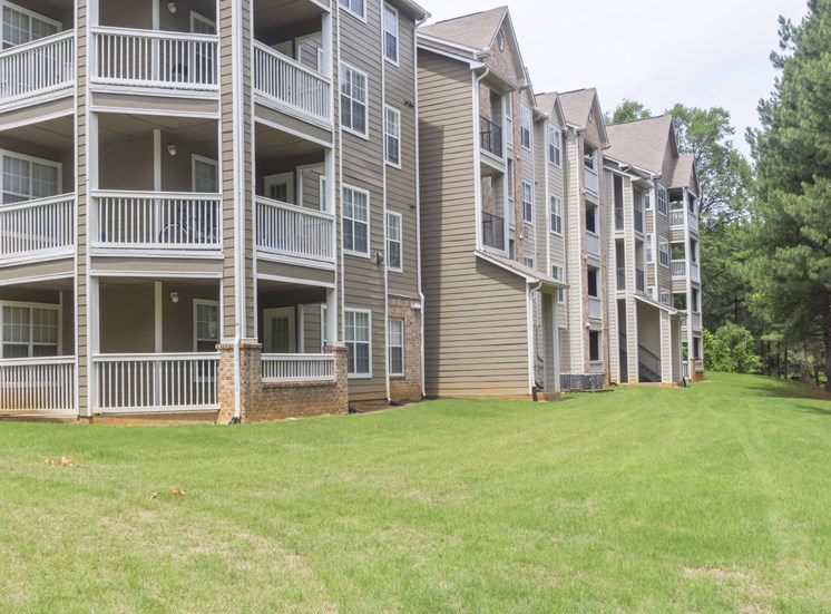 Beautifully Landscaped Grounds With Walking Trails at Gwinnett Pointe Apartments, Norcross, GA