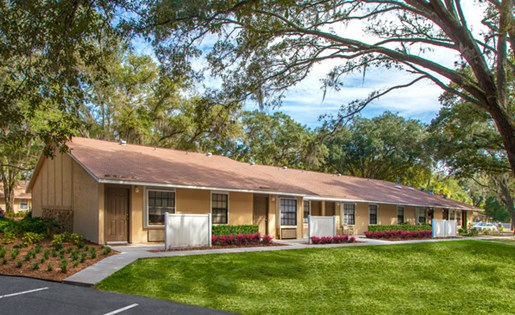 Grand Oaks Apartment Homes Riverview, FL 33578 manicured landscaping