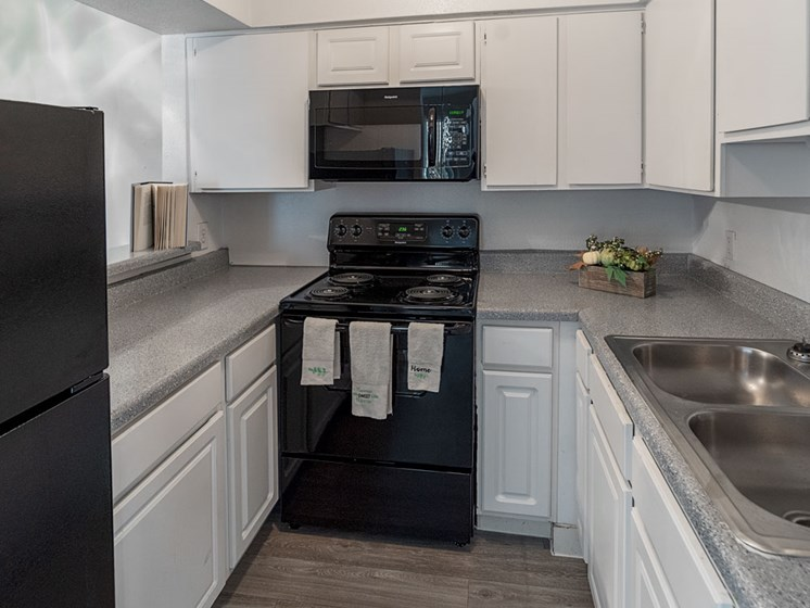 Fully Equipped Kitchen at Carelton Courtyard Apartments, Texas