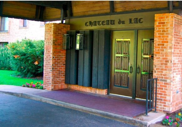 building entrance at Les Chateaux Apartments in Duluth Minnesota