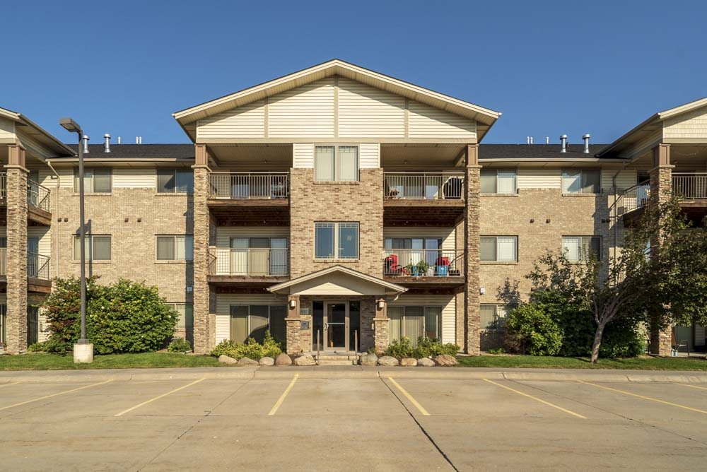 Exterior view of flats-style apartments at Grand Legacy apartments and townhomes in west Omaha NE 68130