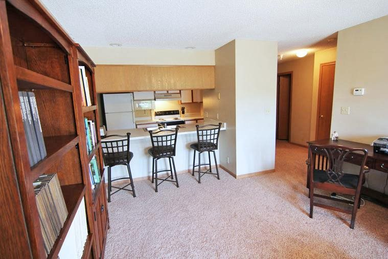 Interiors-Skyline View Apartments Kitchen with Breakfast Bar in Lincoln NE